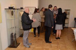 Kötetlen beszélgetés a megnyitó után (Fotó: Marian Mesiarik)
