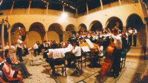 Zeng Vivaldi Glóriája; az énekeseket és a zenekart Hunyadi Zoltán, a Monteverdi kórus karnagya vezényli (Fotó: a kamarazenekar archívuma)