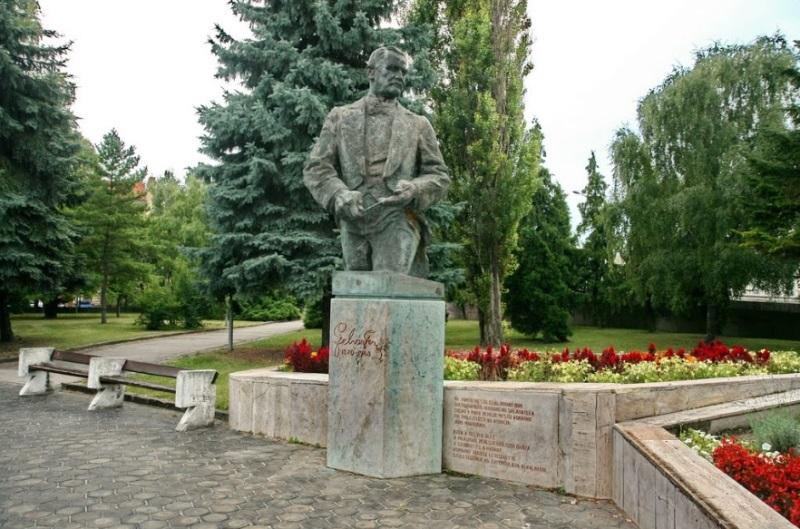 Lehár Ferenc szobra Komáromban (Fotó: www.panoramio.com)