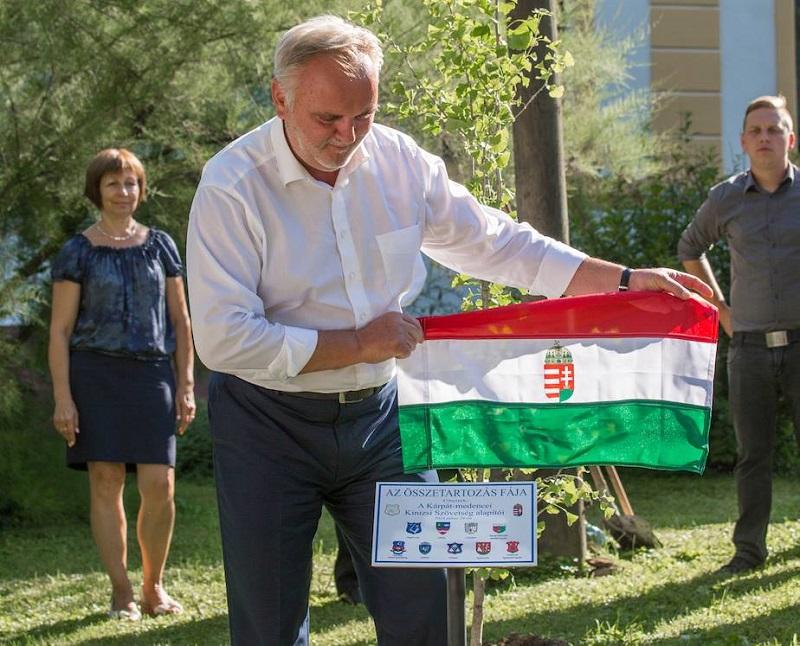 Zászlóbontás. Pánczél Károly a Kinizsi Szövetség táblával Nagyvázsonyban (Fotó nagyvazsony.hu)