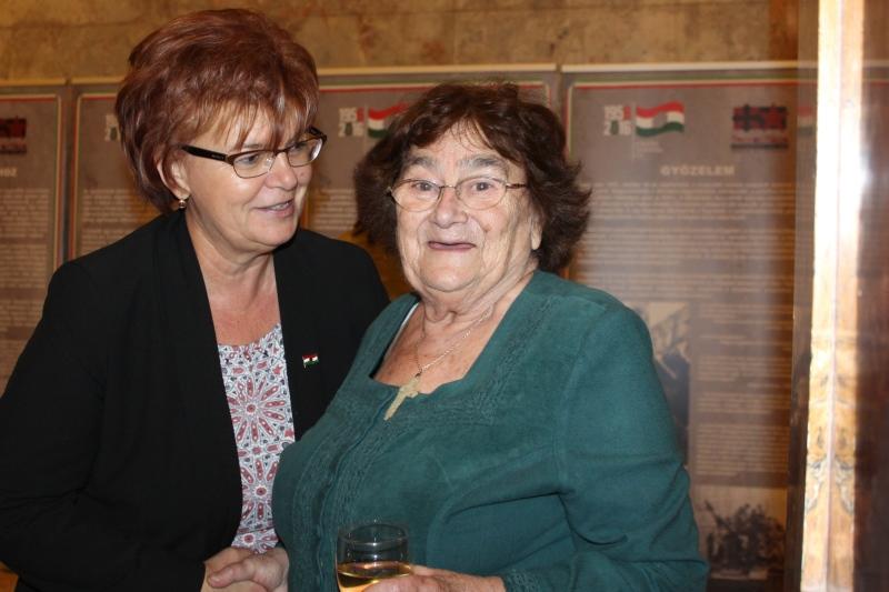 Pogány Erzsébet, az SZAKC igazgatója is gratulált a kitüntetéshez (Fotó: Neszméri Tünde/Felvidék.ma)