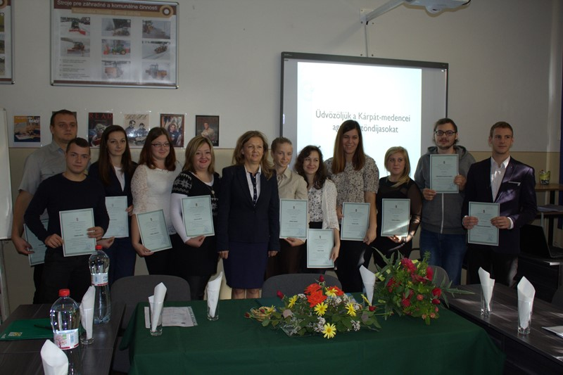 Tóth Katalin a diákokkal (fotó: karvai Szakközépsikola)