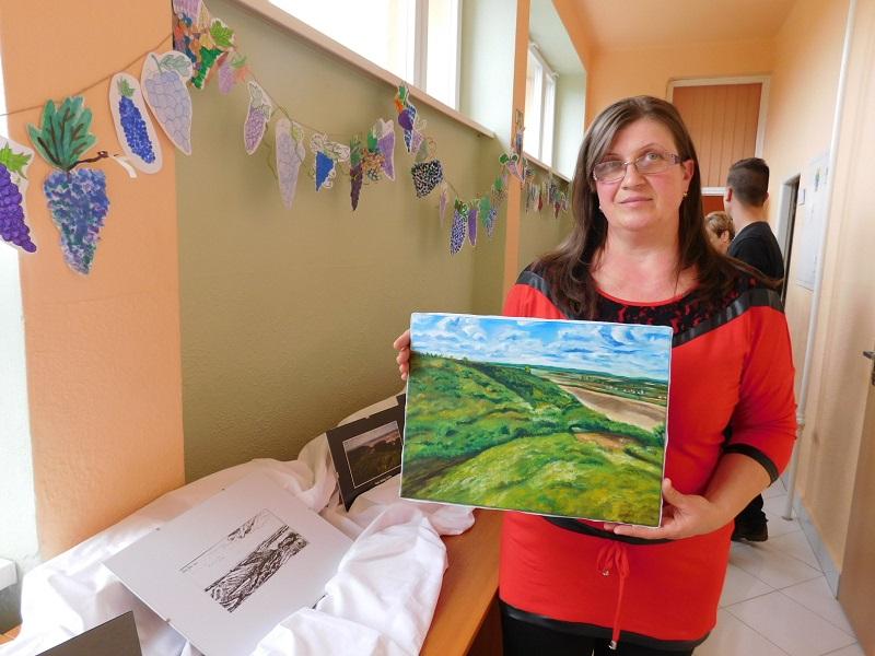 Zsíros Jolán, az egyik alkotó az Eszrő sárgaföld részletét festette meg (Fotó: Homoly Erzsó/Felvidék.ma)