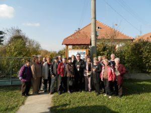Búcsi vendéglátóikkal a Felvidéki Babák Múzeuma előtt (Fotó: Zalaba Erika)