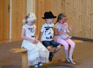 A gyerekek aktívan bekapcsolódnak a mesefeldolgozásba (Fotó: Benedek László)