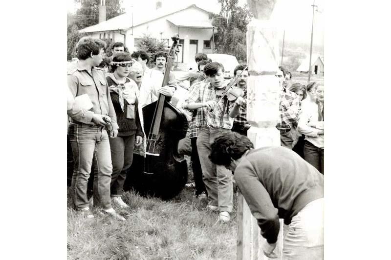 Kopjafaállítás a 80-as évek közepén a Gímesi Művelődési Táborban, amelyhez a Ghymes együttes húzta a talpalávalót. A képen Szarka Tamás és Gyula, Kossuth-díjas zenészek láthatók fiatalon. (Fotó: Gombaszögi Nyári Tábor, Facebook)