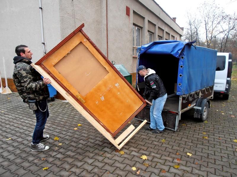 Khéli Bálint és Tungli Pál tűzoltó és sofőr a fesztiválon később megdicsért ajtót cipelik a nánai kultúrház előtt (fotó: Bárány János)