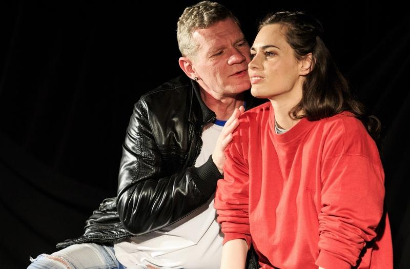 A füleki Zsákszínház A pulóveres lány című drámát hozza a fesztiválra Nagy Andrea és Gulyás László előadásában (Fotó: Micsuda András)