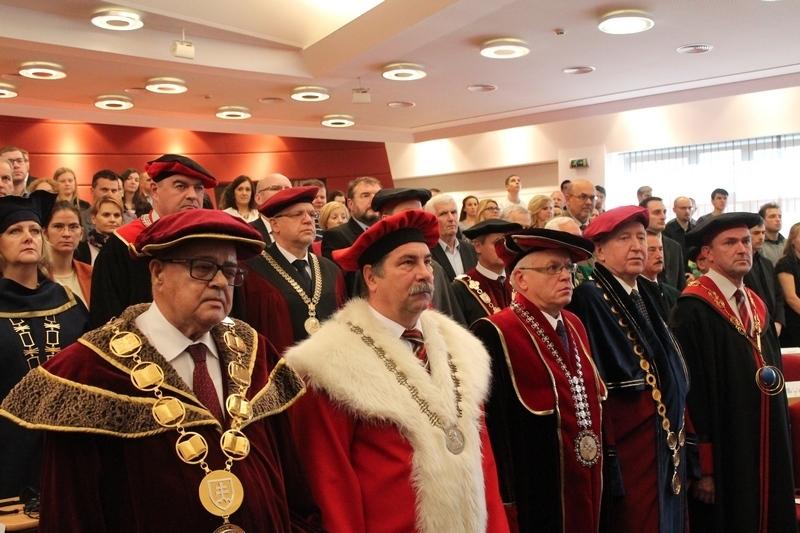 Más egyetemek méltóságai jelenlétébe zajlott a Selye János Egyetem első díszdoktori avatása (Fotó: D. M.)