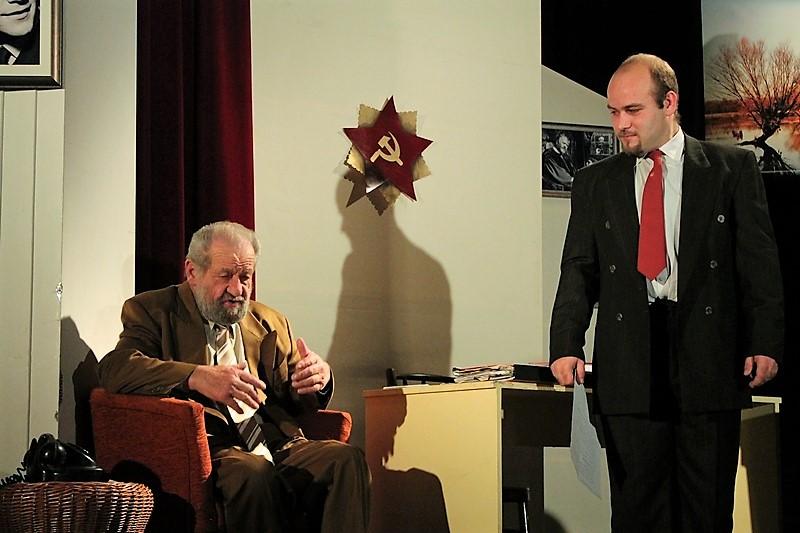 Dráfi Mátyás (Feri) a párttitkárt játszó Borsó Ákossal. (fotó: Danielovics Miklós)