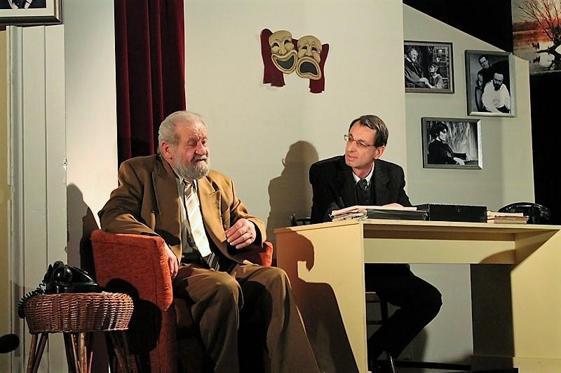 Dráfi Mátyás (Feri) a színházigazgatónál, akit Tarics Péter alakít (fotó: Danielovics Miklós)