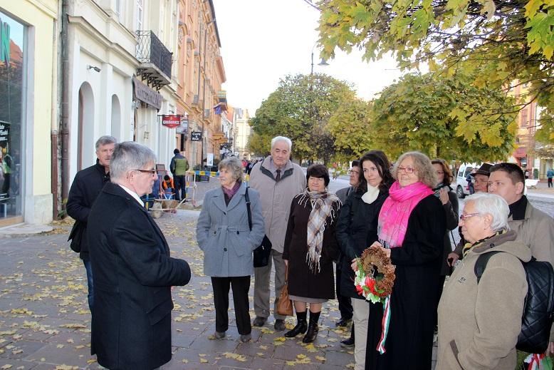 Bereviczy emléktáblája előtt (Fotó: Balassa Zoltán)