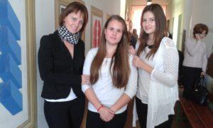 A csicsói csapat: Nagy Edit tanítónő, Ledeczky Réka és Jancsisin Brigitta (Fotó: a szerző)