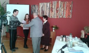 Bauer Győző és Szanyi Mária okleveleket adnak át (Fotó: a szerző)
