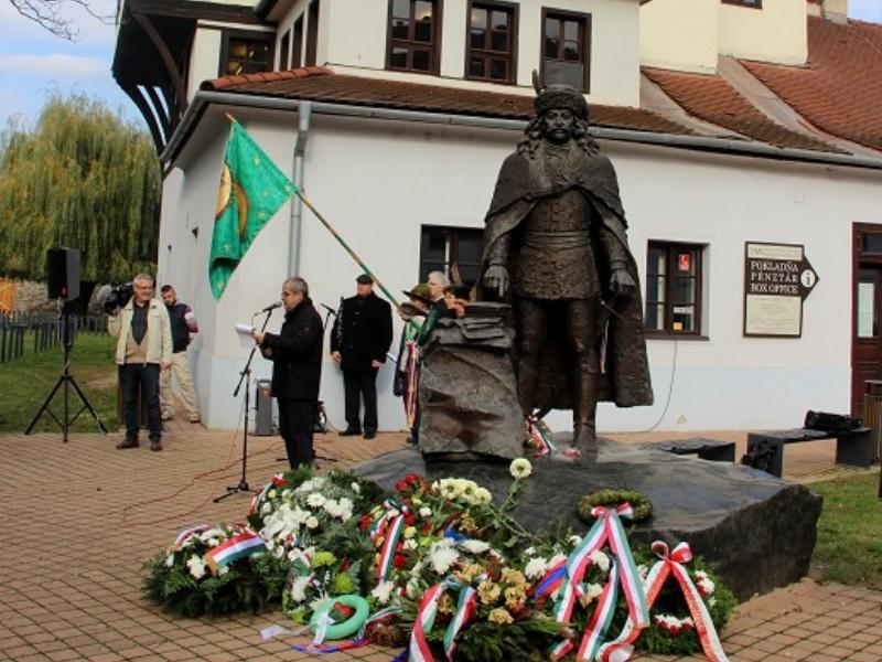 A megkoszorúzott szobor hátterében Rákóczi ebédlőháza (fotó: Balassa Zoltán/Felvidék.ma)