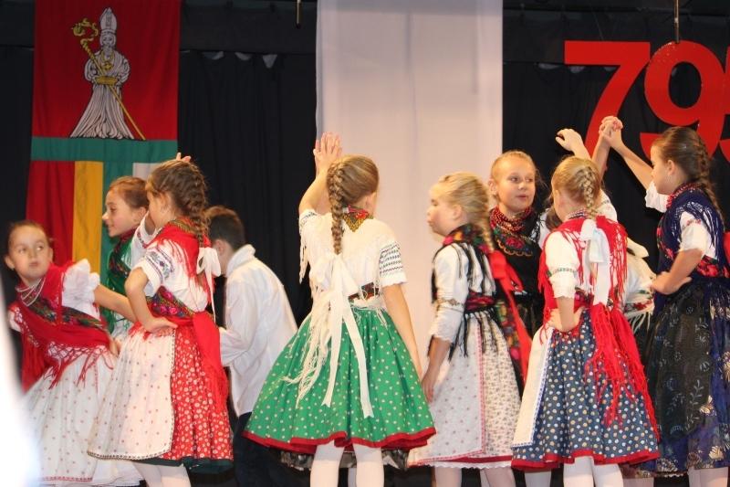 Az alapiskola tanulói népzenével és néptánccal kedveskedtek (fotó: Neszméri Tünde/Felvidék.ma)