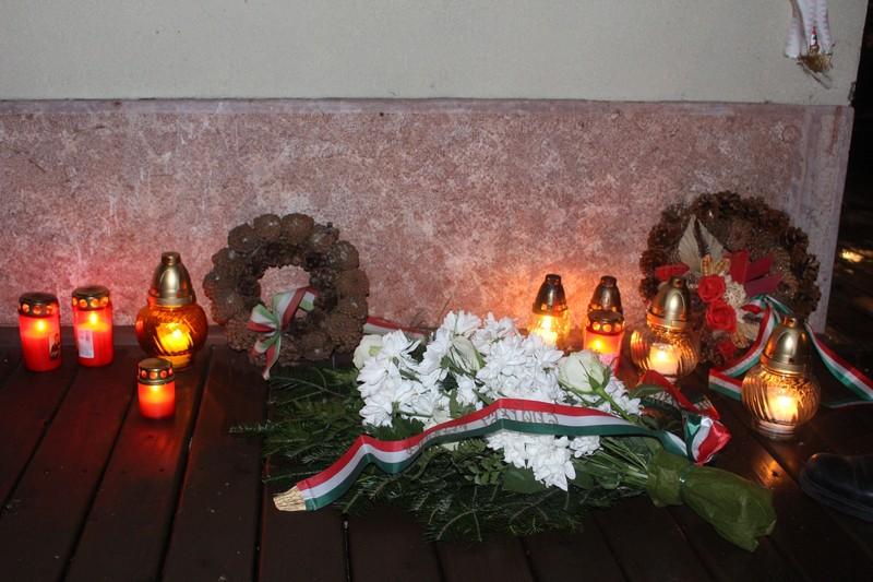 Koszorúztak és mécsest gyujottak a megemlékezők (fotó: Szalai Erika/Felvidék.ma)