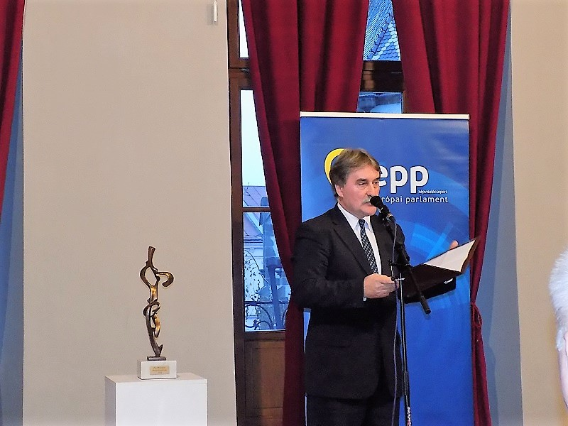 Bárdos Gyula, a Csemadok elnöke méltatta a díjazottat (Fotó: Homoly Erzsó/Felvidék.ma)