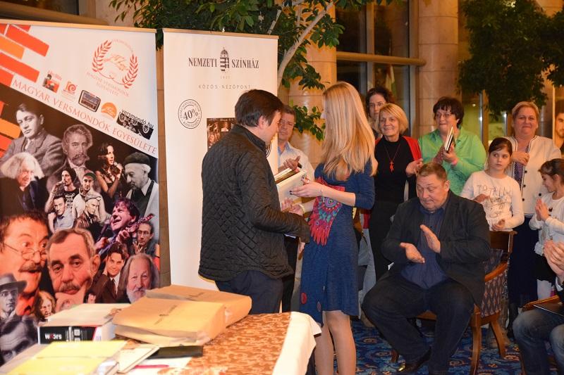 Gál Laura átveszi a díjakat. Mögötte Vidnyánszky Attila színházigazgató, a verseny védnöke (Fotó: Gál Sándor)