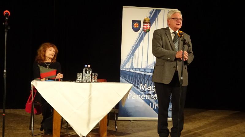 Duray Miklós köszönetet mondott, és fetette a költői kérdést: milyen lesz Európa, hova halad? (fotó: Gecse Géza/Felvidék.ma)