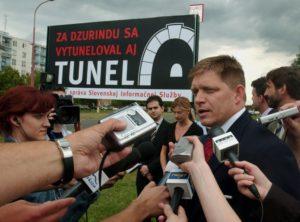 Egy 2004-es óriásplakát az SDKÚ székháza előtt (fotó: TASR)