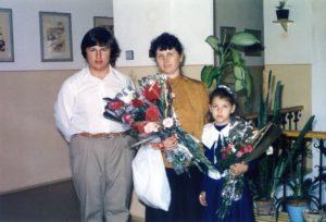 Csáky Károlyné kisebbik lányunkkal és egyik diákjával (Fotó: Csáky Károly archívuma)