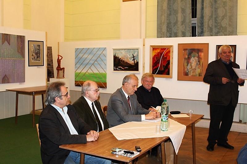 Görföl Jenő bemutatja a lapot (Fotó: Neszméri Tünde/Felvidék.ma)