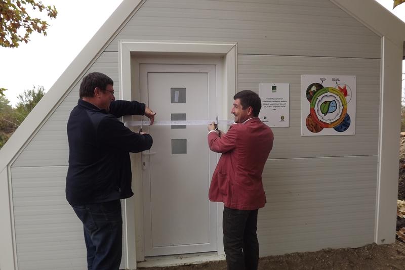 Milan Hronec programmenedzser és a község polgármestere, Magyari Ferenc átvágják a szalagot