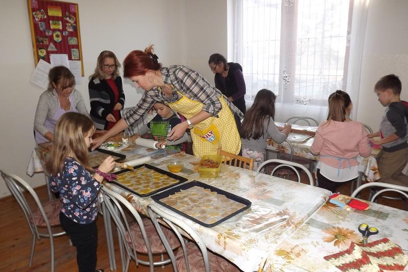 Pedagógusok segítségével készítették a mézes süteményt a tanulók (fotó: Miriák Ferenc)