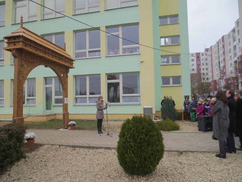 Kovács Adriana, a nagykaposi Erdélyi János alapiskola igazgatója üdvözli az egybegyűlteket (Fotó: EZ)