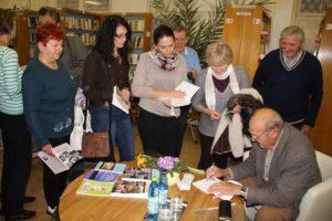 A könyvbemutató végén dedikált a szerző (Fotó: Pásztor Péter/Felvidék.ma)