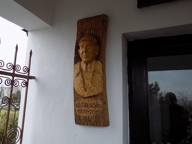 Igó Aladár fejfája, melyet még halála előtt magának kifaragott (Fotó: Homoly Erzsó/Felvidék.ma)