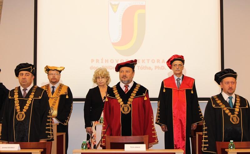 Az első sorban balról jobbra: Juhász György, Tóth János, Csiba Péter – az Akadémiai Szenátus elnöke (fotó: Szalai Erika/Felvidék.ma)