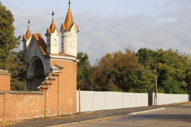 A felújított járda a temetőnél: 560 méter hosszú járdaszakasz 102 ezer euróból újult meg (Fotó: Szalai Erika/Felvidék.ma)