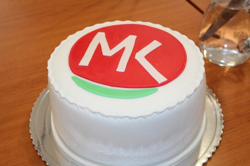Az MKP elnöke tortával lepte meg a sajtó munkatársait (fotó: Neszméri Tünde/Felvidék.ma)