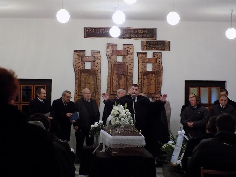 Nt. Nagy Ákos Róbert esperes áldást mond (Fotó: Homoly Erzsó/Felvidék.ma)