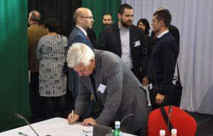 Duray Miklós aláírja a közös nyilatkozatot (Fotó: Oriskó Norbert/Felvidék.ma)