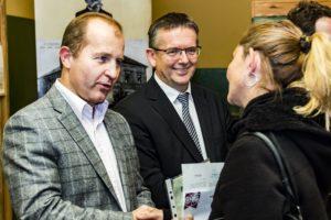 Az ösztöndíj átadása, Farkas Iván az MKP alelnöke és Michl József Tata polgármestere (Fotó: Berényi Kornélia/Felvidék.ma)