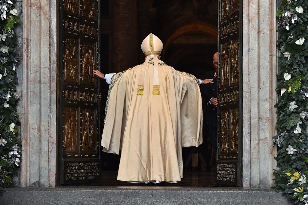 Az irgalmasság rendkívüli szentéve a Szent Péter-bazilika szent kapujának (Porta Santa) megnyitásával indult (Fotó: AFP)