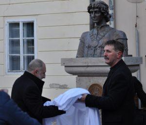 Bárdos Gábor polgármester és Lebó Ferenc, az alkotó leleplezi a szobrot (Fotó: somorja.hu)
