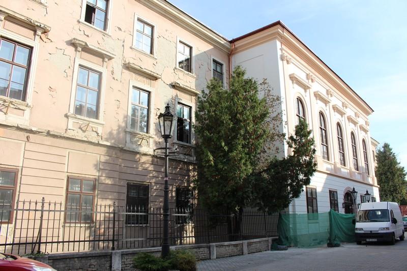 A megyeháza felújított homlokzati része és a még felújításra váró szárny (Fotó: Szalai Erika/Felvidék.ma)