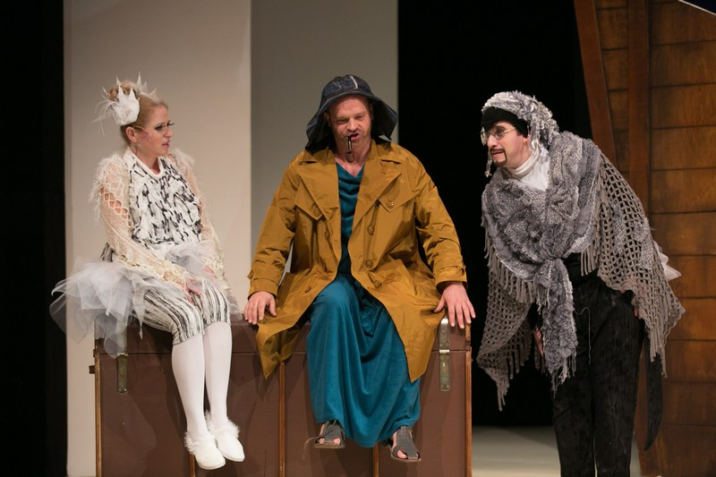 Noé szerepében Berháth Tamás látható az előadásban (középen). Balról Holocsy Katalin (Galamb), jobbról Majorfalvi Bálint (Első Pingvin) (fotó: Kiss Gibbó Gábor)
