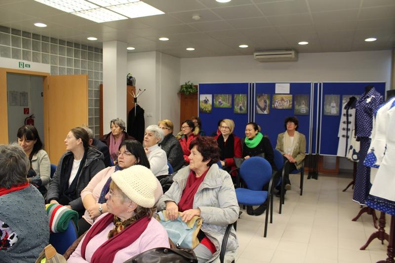 A közönség csodálattal hallgatta az előadást, majd nézte meg a ruhákat (Fotó: Neszméri Tünde/Felvidék.ma)