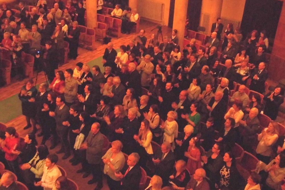 A közönség állva tapsolta vissza a zongoraművészt (Fotó: Beke Beáta/Felvidék.ma)