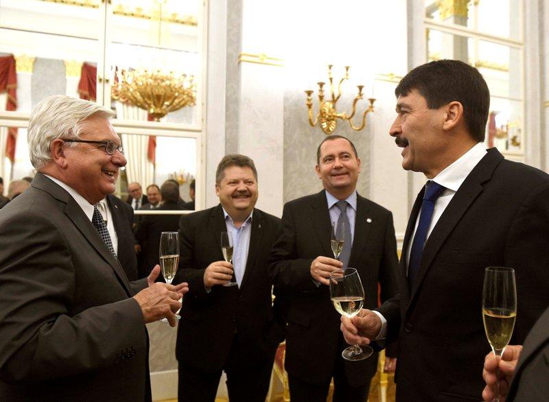 Duray Miklós, Szász Jenő és Szilágyi Zsolt Áder János köztársasági elnök társaságában a MÁÉRT plenáris ülését követő fogadáson (Fotó: MTI)