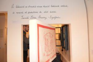 A tárlat egy részlete az átfordítható elemmel (Fotó: Dunajszky Éva)